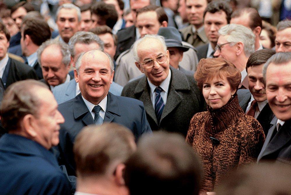 Blíží se konec. Píše se rok 1987 a Gorbačov navštívil Prahu.