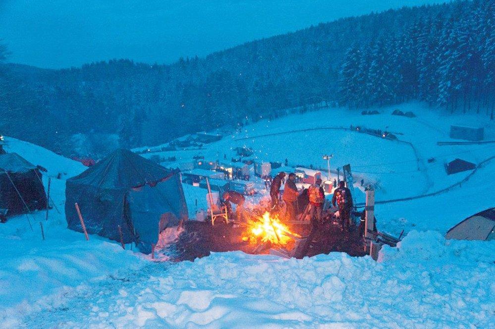 Většina ohňů hoří celý den, kromě zdroje tepla slouží jako vařiče a grily. Když padne noc, nahrazují osvětlení, které v táboře logicky není zavedeno.