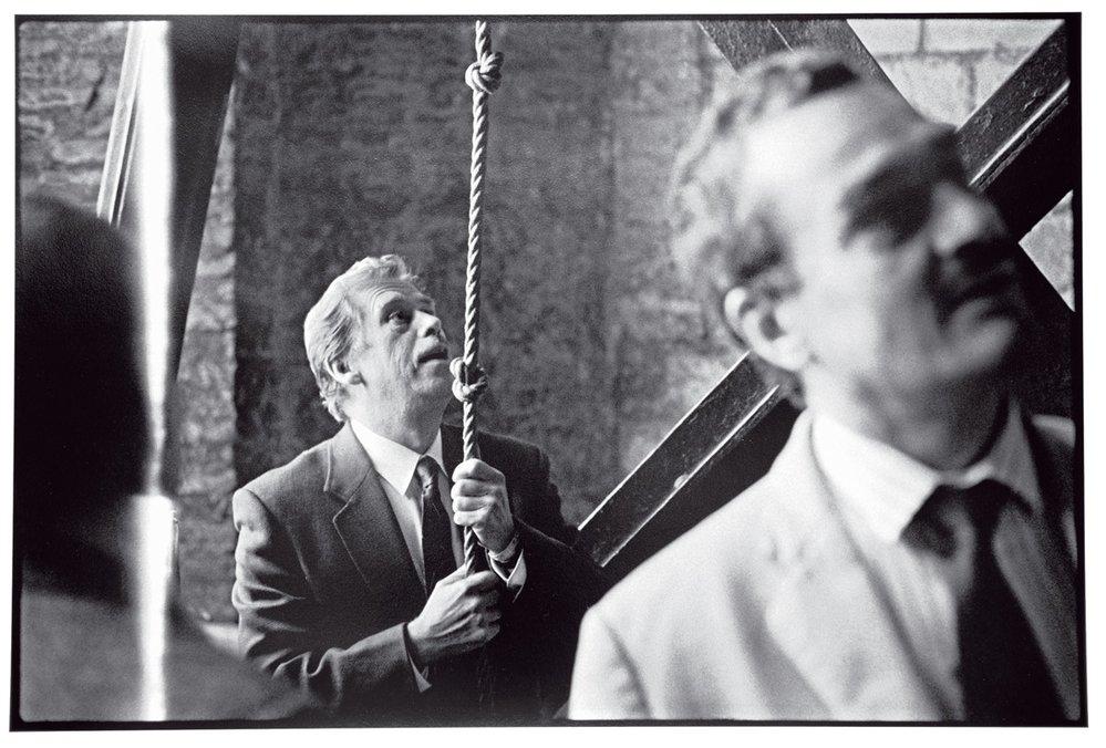 Václav Havel už jako prezident ajeho kancléř Karel Schwarzenberg. Oldřich Škácha působil odroku 1990 jako osobní fotograf Václava Havla.