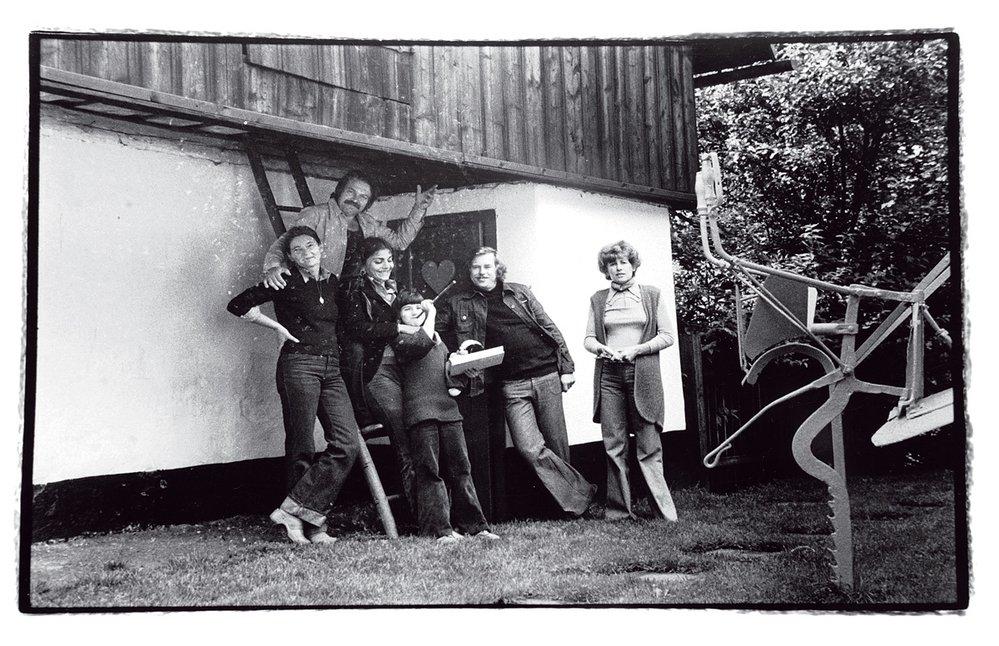 """""""Buď si foť svý srandičky, nebo foť nás – ale budeš mít průsery,"""" říkal prý Pavel Kohout Oldřichu Škáchovi. Ten si zvolil druhou možnost.  Často fotil naHrádečku – zde manžele Kohoutovy aHavlovy (1975)."""
