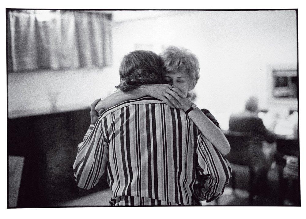 Oldřich Škácha byl jedním zmála fotografů, kteří dlouhodobě dokumentovali český disent. Václav Havel vobjetí sOlgou (1975).