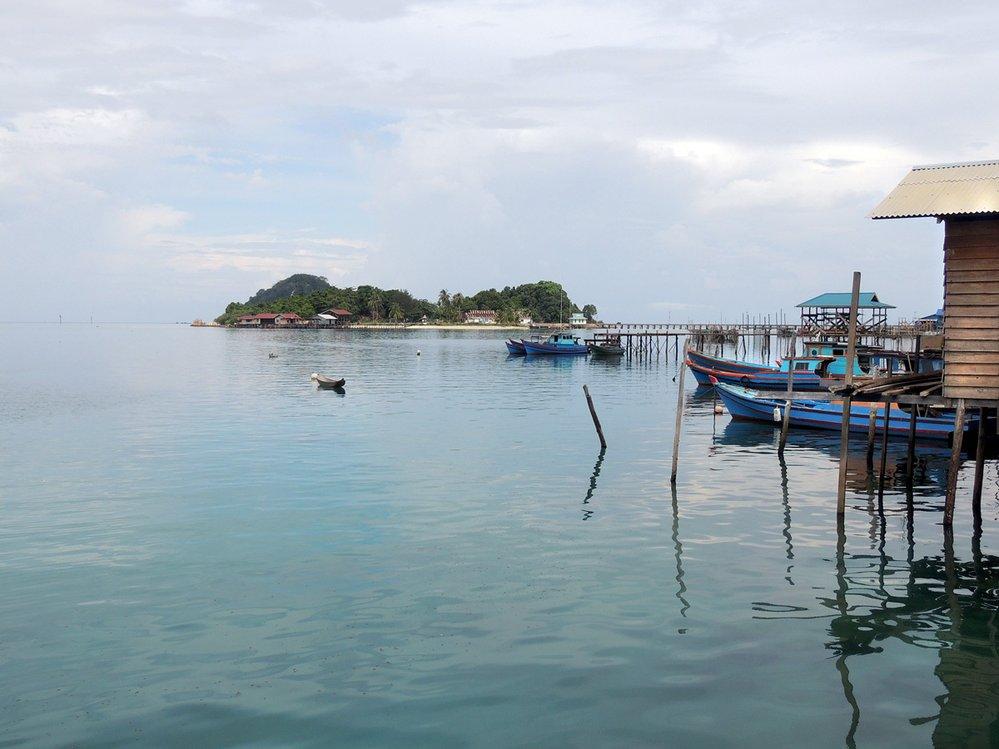 Domy nakůlech zapuštěných domořského dna jsou naAnambaských ostrovech běžným typem bydlení