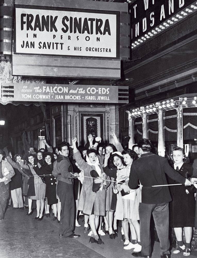 Poprask kolem mladého Franka Sinatry byl srovnatelný sbeatlemanií