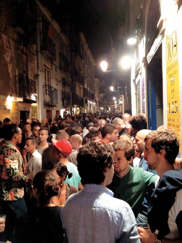 Bairro Alto – past na řidiče. Alkohol tu teče proudem a v úzkých ulicích je hlava na hlavě.