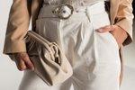 Detail kabelky a bermud střihu paperbag. Ty skvěle dotvoří ženskou siluetu.