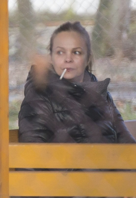 Závislosti na cigaretách se očividně nezbavila.