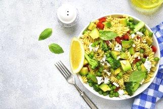 Těstovinový salát je chutný oběd hotový do dvaceti minut!