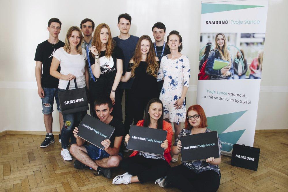 Účastníci projektu se Zuzanou Mravík Zelenickou ze Samsungu a Lucií Mairychovou z neziskové organizace Nadání a dovednosti