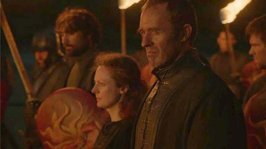 Sarah McKeeverová si Stannisovu ženu zahrála jen jednou, a to ve scéně, kde její muž spálí sochy Sedmi bohů.