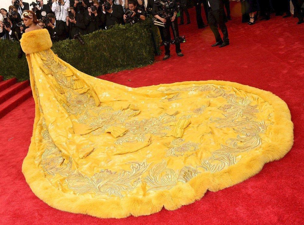 Rihanna v kreaci čínské návrhářky Gup Pei (2015)