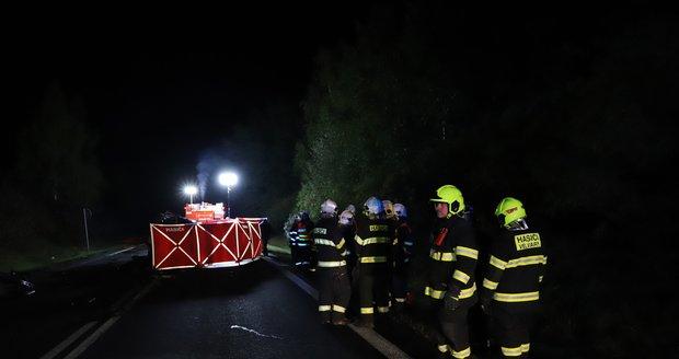 U Sazené na Kladensku při nehodě dodávky a osobního auta zemřeli dva lidé. Další čtyři jsou zranění. (13. října 2021)