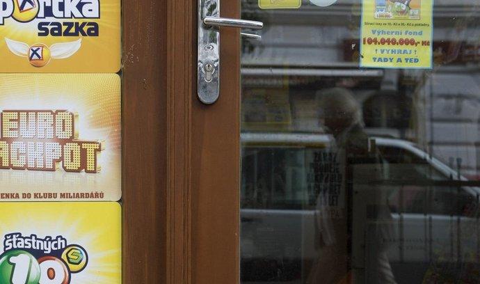 Sázková společnost Sazka od 4. října v tuzemsku přijímala sázky na vítězná čísla evropské loterie Eurojackpot s miliardovými výhrami. V prvním slosování 10. října žádný Čech nevyhrál.