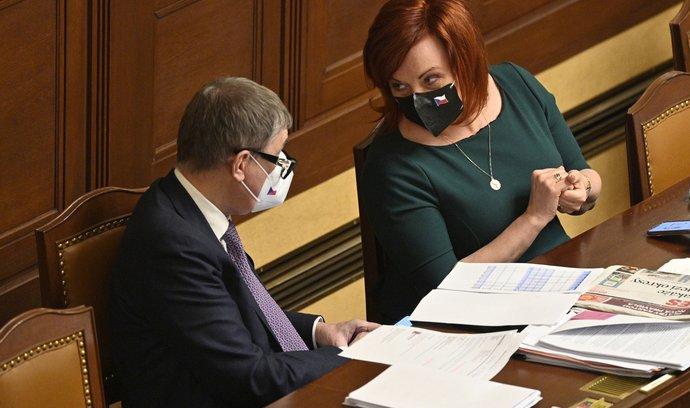 Ministryně financí Alena Schillerová a premiér Andrej Babiš na schůzi Sněmovny 26. února 2021 v Praze.