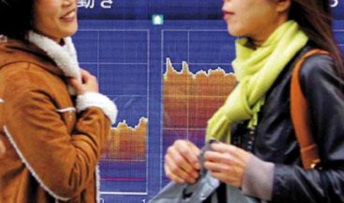 Sedmiměsíční maxima. Ceny japonských akcií se výrazně zvyšovaly a hlavní index burzy v Tokiu se včera ocitl nejvýše za posledních sedm měsíců. Stejně jako v Japonsku vystoupal na sedmiměsíční maximum na pražské burze index PX. Při nízkých objemech obchodů přidal 1,22 procenta na 1214 bodů. Burzu táhly nahoru především obě bankovní emise a cenné papíry těžařské firmy NWR.