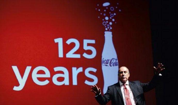 Šéf Coca-Coly Muhtar Kent v květnu oslavil 125 let značky. Nyní musí na trh přijít s méně kalorickou nabídkou