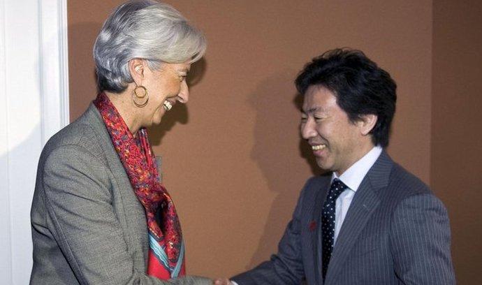 Šéfka MMF Christine Lagardeová s japonským ministrem financí Junem Azumim