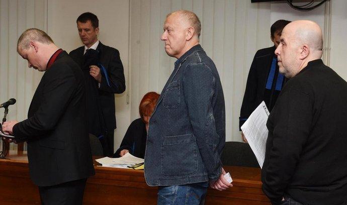 Senát Vrchního soudu v Olomouci se 27. ledna zabýval případem sedmi obžalovaných z hlavní větve metanolové kauzy. Případem se bude zabývat podruhé, loni v lednu jej vrátil zpět krajskému soudu. Jednání je nařízeno také na čtvrtek. Na snímku (zleva) jsou obžalovaní Viktor Koláček, Libor Vanderka a Martin Jirout.