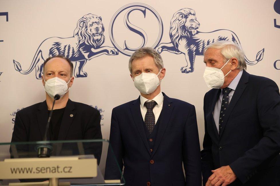 Senátoři o zdraví prezidenta Miloše Zemana (18. 10. 2021): Zleva Václav Láska, Miloš Vystrčil a Jiří Růžička