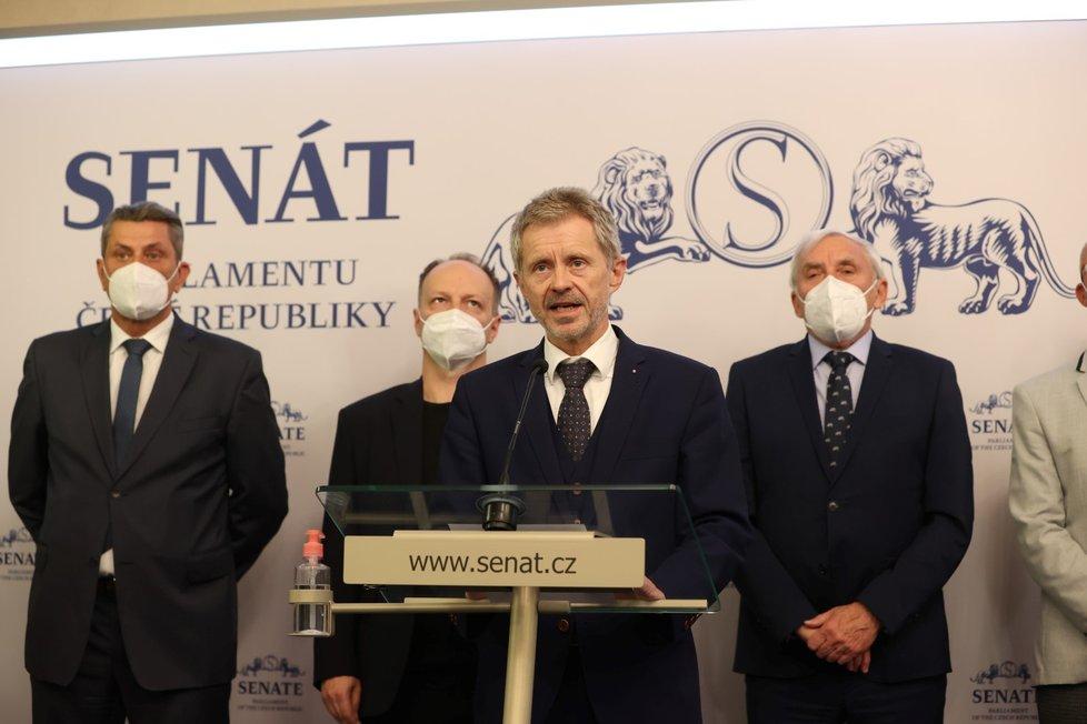 Senátoři o zdraví prezidenta Miloše Zemana (18. 10. 2021): Miloš Vystrčil (u pultíku)