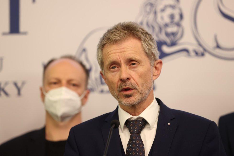 Senátoři o zdraví prezidenta Miloše Zemana (18. 10. 2021): Zleva Václav Láska a Miloš Vystrčil
