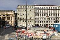 Na Senovážném náměstí vzniká zbrusu nové parkoviště. Ne všem se to líbí, bojí se haldy vozidel