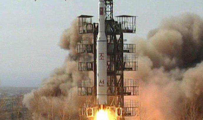 Severní Korea se pokoušela vynést satelit už v roce 2009. Raketa Unha, jejíž verze má být použita i tentokrát, tehdy spadla do moře.