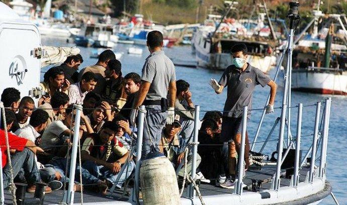 Severoafričtí imigranti přistávají u břehu italského ostrova Lampedusa.