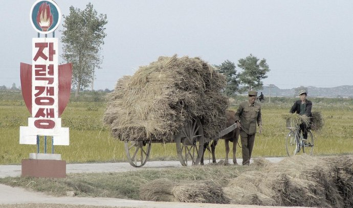 Severokorejští zemědělci na jedné z mála cizincům přístupných farem v zemi