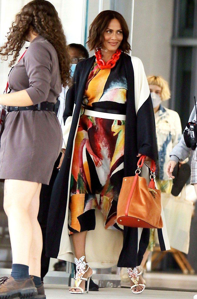 Herečka Nicole Ari Parker na place okouzlila tímto outfitem. Zaplní prázdné místo po Samantě Jones?