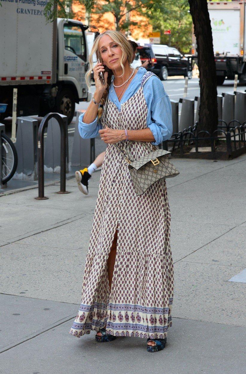 Šaty, které vzbudily vlnu kontroverze. Původně je média přisoudila fast fashion značce Forever 21. Ve skutečnosti jde o vintage model indické značky
