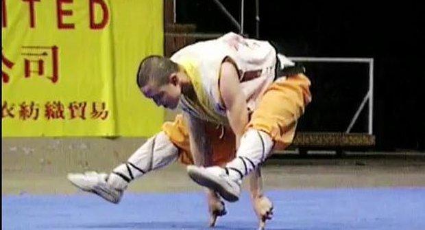 Mnich ze Shaolinu balancuje na dvou prstech