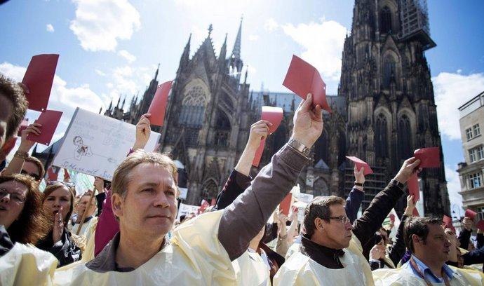 Shromáždění stávkujících strojvůdců v Kolíně nad Rýnem