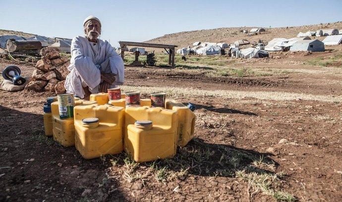 Sindžár, uprchlický tábor na stejnojmenné hoře na západě Iráku, při hranici se Sýrií. Zde přežívají tisíce jezídů, kteří přežili vraždění Islámského státu.