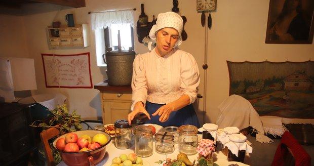 Sušení a zavařování ovoce. Skanzen ve Strážníci představil o víkendu 18. a 19. září 2021 tradiční zvyklosti na vesnici na přelomu 19. a 20. století.
