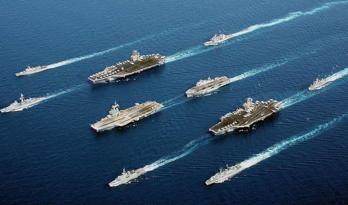 Skupina válečných lodí NATO, letadlová loď Charles de Gaulle uprostřed
