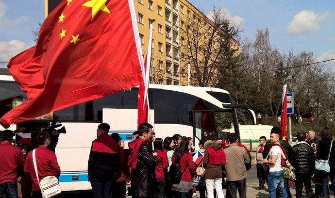 Skupinky lidí vítající čínského prezidenta přivezly na trasu jeho cesty Prahou autobusy
