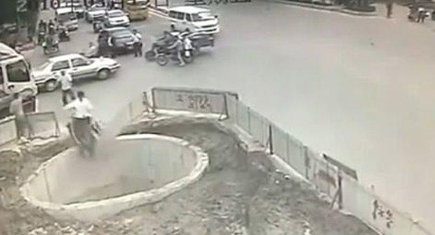 Zoufalec na mopedu? Hurá do díry!
