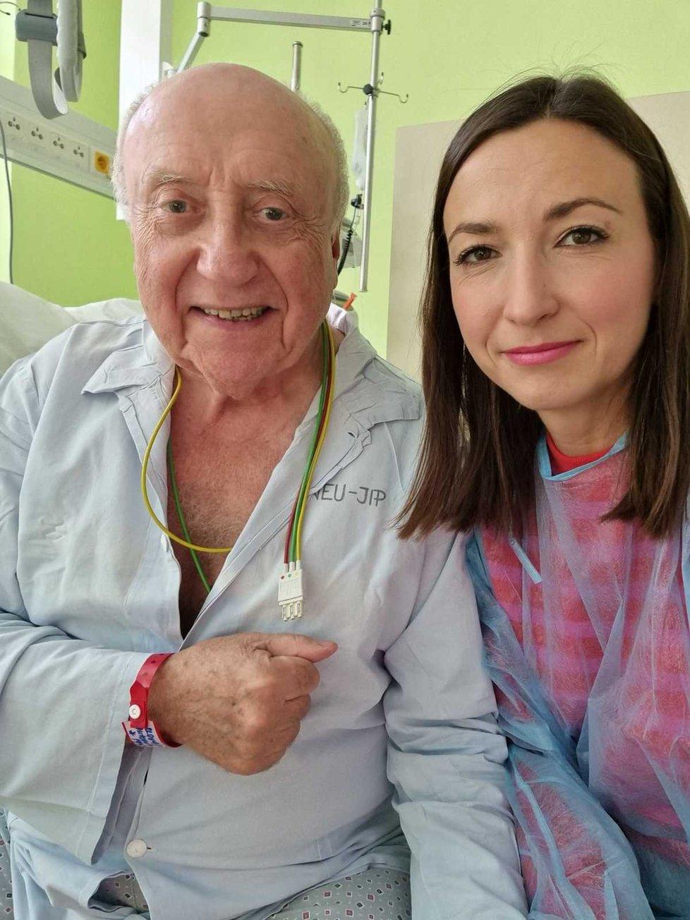 Felixe v nemocnici místo zákonité manželky navštěvuje bývalá přítelkyně Lucie Gelemová.