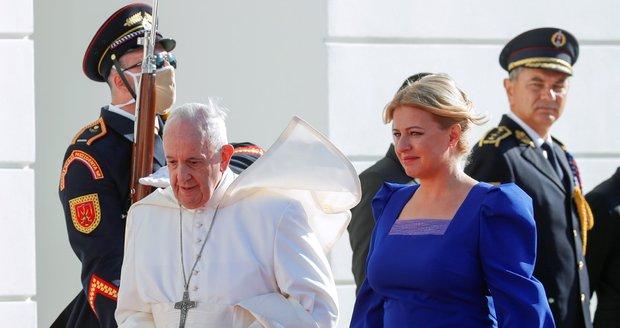 Chapout dio la bienvenida al Papa de azul.  Recibió miel y un abanico, y ató un zapato al hijo de su primer ministro.