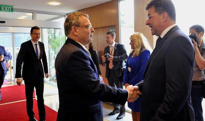Slovenský ministr zahraničí Miroslav Lajčák (vpravo) a český ministr zahraničí Lubomír Zaorálek
