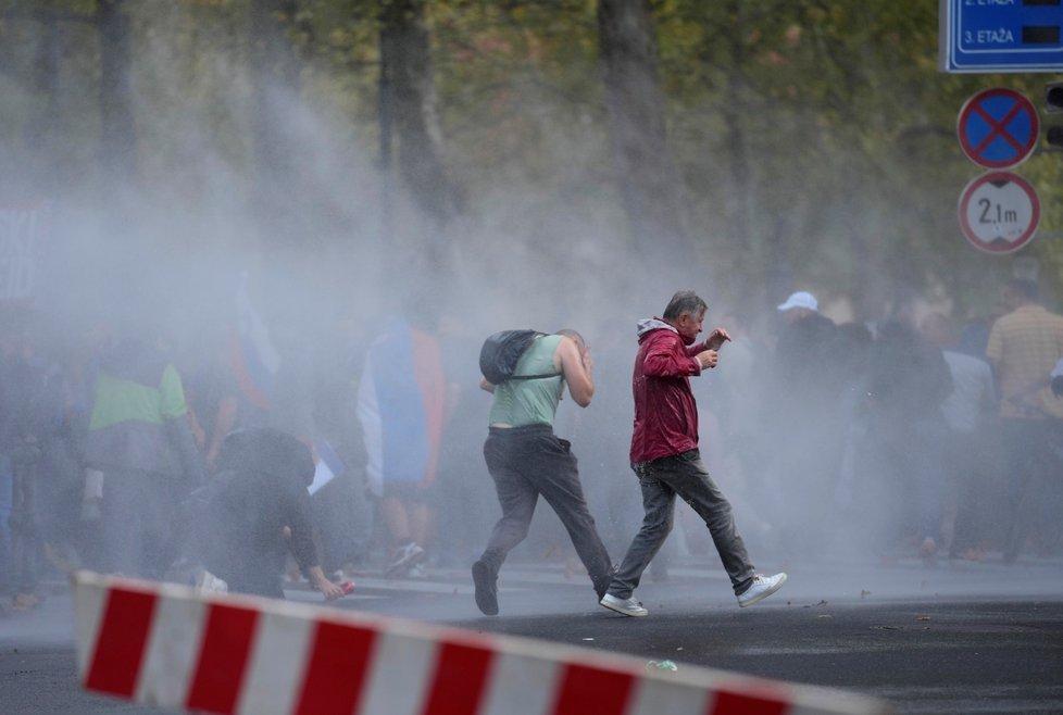 Slovinská policie rozháněla vodním dělem demonstraci proti covidovým opatřením