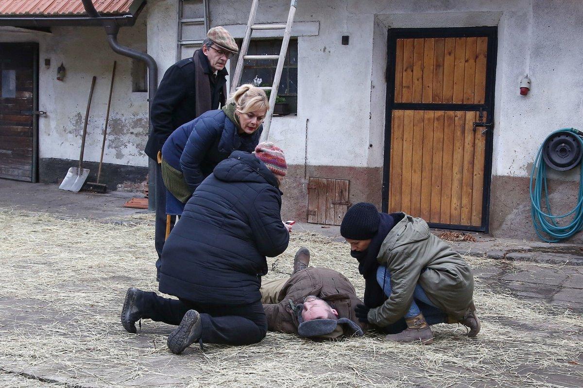 Slunečná: Pád Toma ze střechy, ovšem místo Filipa Blažka padal profesionální kaskadér