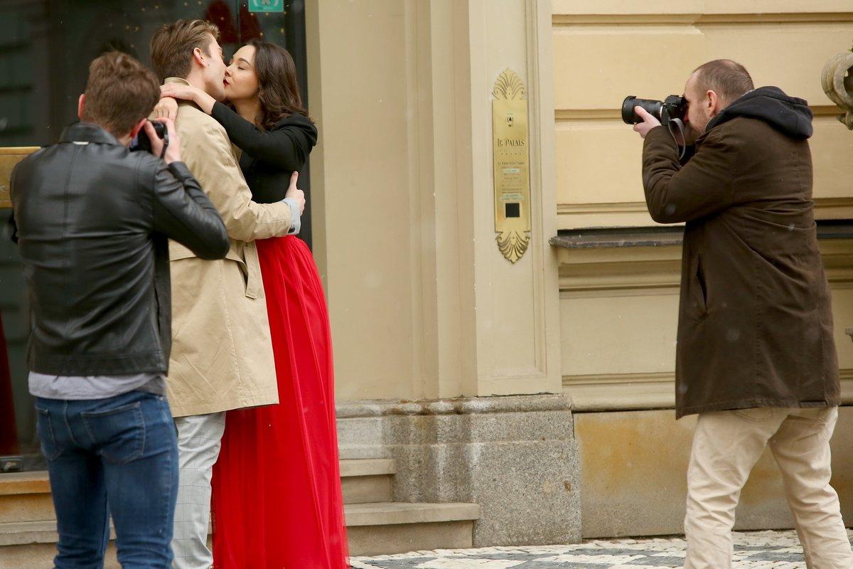 Marek Lambora a Vanda Pilař Chaloupková před hotelem, kde bude svatba.