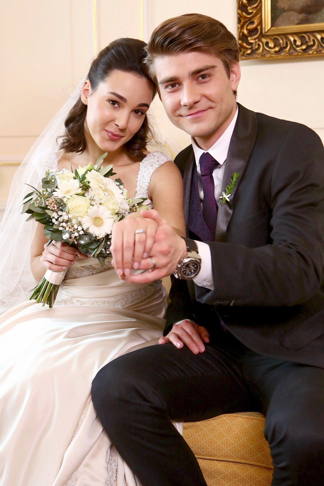Nevěsta a ženich se pochlubili prstýnky.