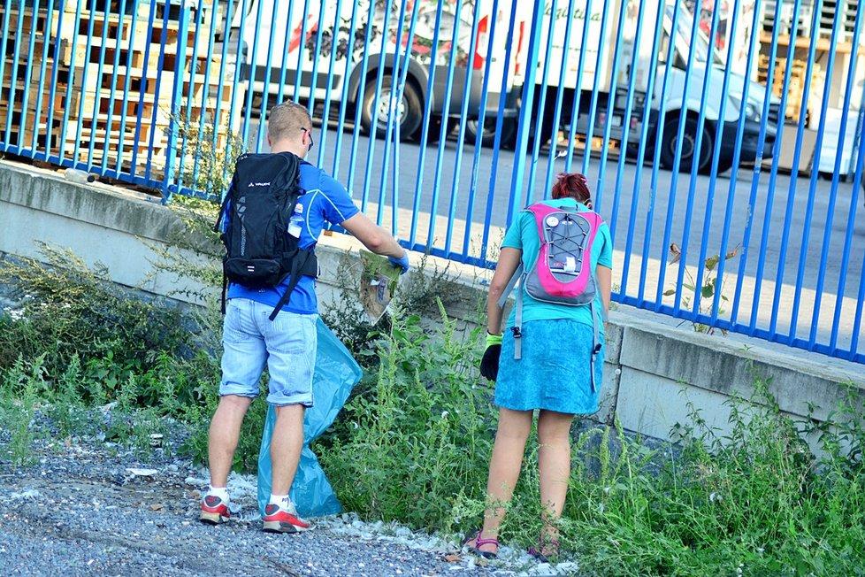 Pražané se dobrovolně pod taktovkou iniciativy Trash Hero dali do sběru odpadků.