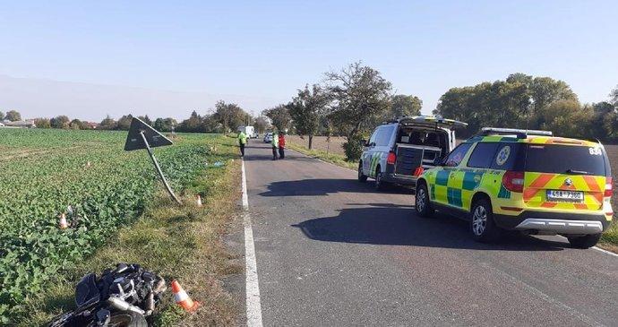 Mladý motorkář (†26) boural u Milovic do stromu, nepomohla ani resuscitace: Hledají se svědci