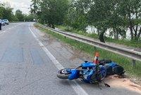 Motorkář (45) dostal při průjezdu zatáčkou smyk: Náraz do svodidel nepřežil