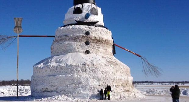 Farmář si postavil padesátimetrového sněhuláka