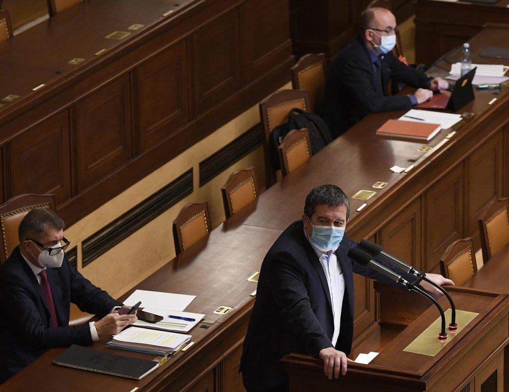 Jednání Sněmovny o nouzovém stavu: Jan Hamáček (ČSSD) u pultíku, Andrej Babiš (ANO) a Jan Blatný (za ANO) ve vládní lavici (9.12.2020)