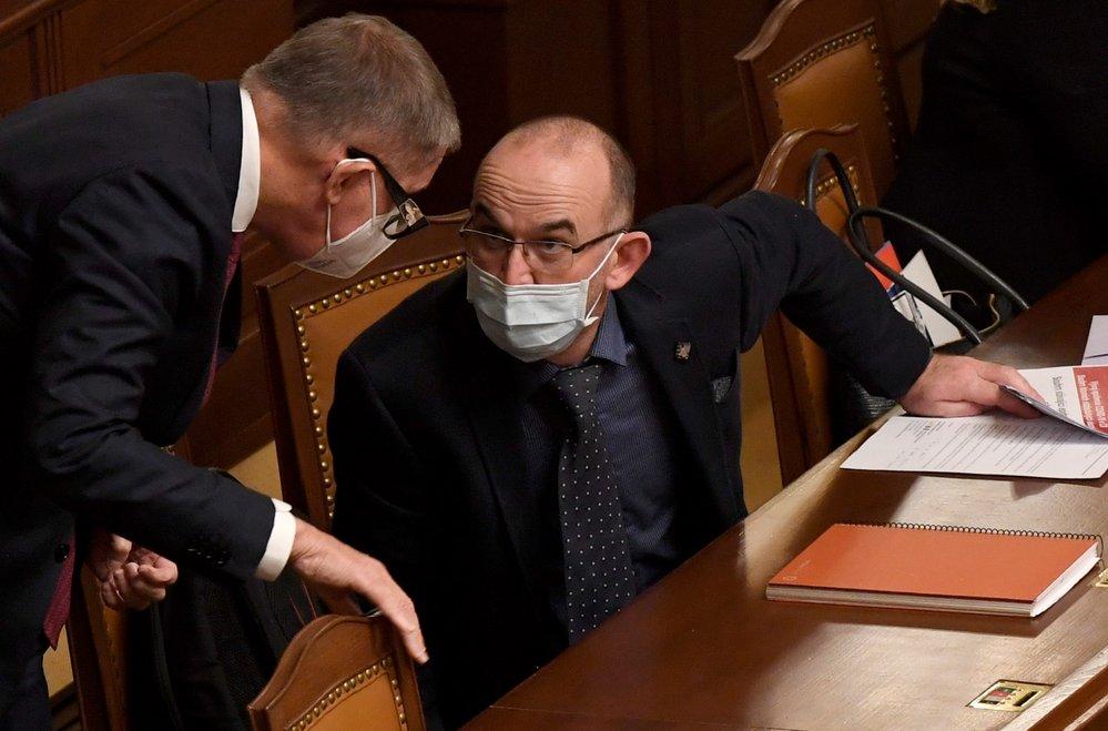 Zleva premiér Andrej Babiš (ANO) a ministr zdravotnictví Jan Blatný (za ANO) na mimořádné schůzi Poslanecké sněmovny (9. 12. 2020)